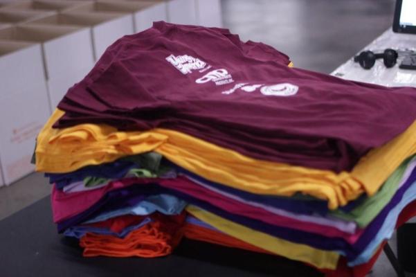 Pile de T-shirts colorés différents